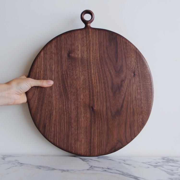Ariele Alasko, arte en madera.